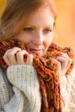 Herbstlandsonnenuntergang - lange rote Haarfrau Stockfotografie