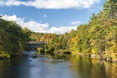 Herbstlaubüberdachte brücke Henniker New Hampshire stockfotos