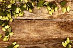 Herbstlaub auf altem Holz Lizenzfreies Stockfoto