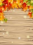 Herbstlaub auf dem Hintergrund von hölzernen Brettern, Ahorn Auch im corel abgehobenen Betrag Stockfotografie