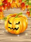 Herbstlaub auf dem Hintergrund von hölzernen Brettern, Ahornblätter, Kürbischarakter Auch im corel abgehobenen Betrag Lizenzfreie Stockfotografie