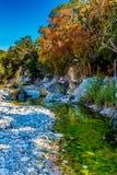 Herbstlaub auf klaren Rocky Creek mit Ahornbäumen in verlorenen Ahornen lizenzfreie stockfotografie