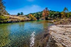 Herbstlaub bei Crystal Clear Creek im Hügel-Land von Texas stockfotografie