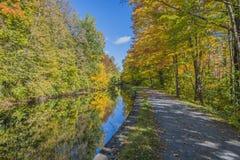 Herbstlaub entlang dem Kanal Lizenzfreie Stockfotos