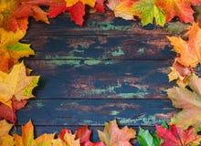 Herbstlaub gestaltet, brüniert hölzernen Hintergrund stockfoto