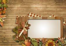 Herbstlaub, Kürbise, Rahmen auf einem hölzernen Hintergrund Stockbild