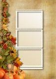Herbstlaub, Kürbise und Fotorahmen auf einem Weinlesehintergrund Stockfotografie