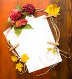 Herbstlaub und Beeren sind mit Papier Lizenzfreies Stockfoto