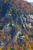 Herbstlaub und felsige Klippenseite in blauen Ridge Mountains des North Carolina stockbild