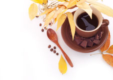 Herbstlaub und Tasse Kaffee, Frühstückshintergrund Stockbilder