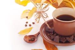 Herbstlaub und Tasse Kaffee, Frühstückshintergrund Lizenzfreie Stockfotos