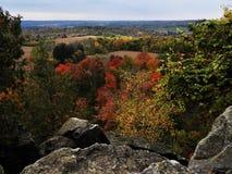 Herbstlaub, wie von der Spitze der Klippe gesehen stockfotografie