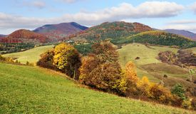 Herbstliche Ansicht von strazov Berg im strazovske vrchy Lizenzfreies Stockfoto