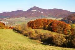 Herbstliche Ansicht von strazov Berg im strazovske vrchy Stockfotos