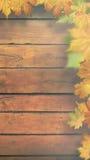 Herbstliche Blätter über altem hölzernem Schreibtisch lizenzfreie stockbilder