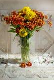 Herbstliche Blumendahlie in einem Vase Lizenzfreie Stockfotografie