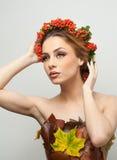 Herbstliche Frau Schönes kreatives Make-up und Frisur in der Fallkonzeptatelieraufnahme Schönheitsmode-modell-Mädchen mit Fallmak Stockbild
