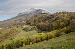 Herbstliche Landschaft der Dorfhügel lizenzfreie stockbilder