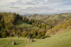 Herbstliche Landschaft der Dorfhügel stockfotos