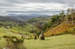 Herbstliche Landschaft der Dorfhügel lizenzfreie stockfotografie