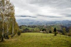Herbstliche Landschaft der Dorfhügel lizenzfreies stockfoto
