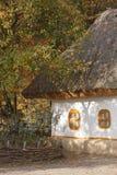Herbstliche Landschaft. Ukrainische Hütte. Lizenzfreie Stockfotografie