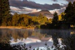 Herbstliche Reflexionen im Loch Ard Lizenzfreies Stockbild