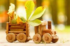 Herbstliche Stimmung des Konzeptdesigns, gelbes Laub auf einem Hintergrund und ein Spielzeug bilden aus Fall Oktober oder Novembe Stockbild