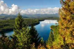 Herbstliche Szene bei Holland Lake lizenzfreie stockfotografie