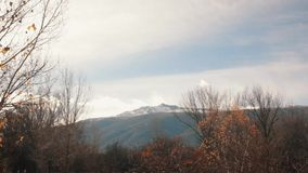 Herbstliche Szene mit stabiler Ansicht von Snowy-Bergspitze stock video footage