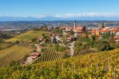Herbstliche Weinberge und Kleinstadt in Italien Stockfotos