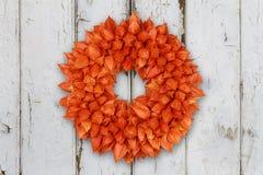 Herbstlicher Dekorations-Kranz mit Physalis auf Schmutzhintergrund stockfoto