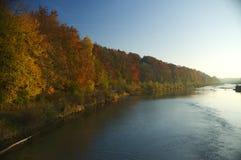 Herbstlicher Fluss Stockfoto