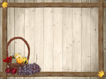Herbstlicher Hintergrund mit hölzernen Planken und Danksagungskorb Lizenzfreie Stockfotografie