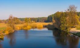 Herbstlicher Nachmittag auf einem Fluss Grun (rechter Zustrom von Psel) in Poltavskaya-oblast, Ukraine Stockbild