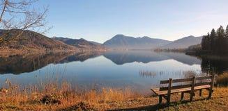Herbstlicher Panoramablick zu See tegernsee Stockfotos