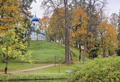 Herbstlicher Park in Lettland stockfotografie