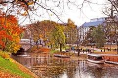 Herbstlicher Park, Lettland, Riga stockbilder