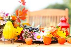 Herbstlicher Tischschmuck stockbild