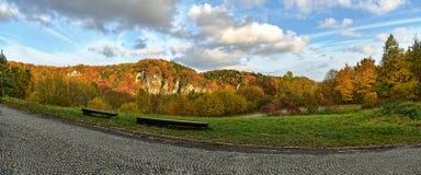 Herbstlicher Wald und weißer Felsen, Nationalpark Ojcowski, Polen Stockfotos