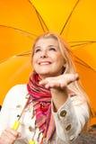 Herbstmädchen mit Regenschirm in einem Park Lizenzfreie Stockfotos