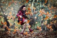 Herbstmärchenland, Dame mit Damengeldbörsen Lizenzfreie Stockfotos