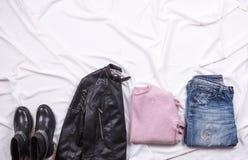 Herbstmode Blogger ` s Ausstattung Rosa Wolle strickte Wolljacke, Blue Jeans vom Denim Lizenzfreies Stockbild