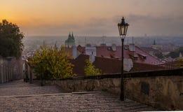 Herbstmorgen in Prag Prag am Sonnenaufgang lizenzfreie stockbilder