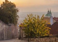 Herbstmorgen in Prag Prag am Sonnenaufgang lizenzfreie stockfotos