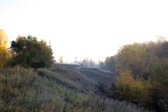 Herbstmorgenlandschaft von Bäumen in einem hügeligen Bereich, umfasst mit stockfotografie