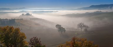 Herbstnebel im Tal Lizenzfreie Stockfotografie