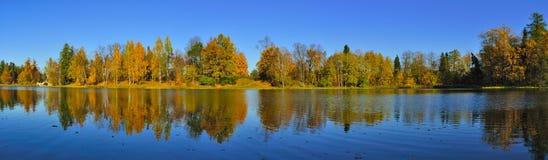 Herbstpanorama im Gatchina Park Stockfotos