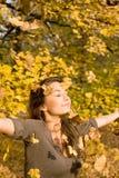 Herbstpark und ein schöner Brunette. Lizenzfreie Stockfotografie