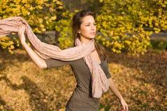 Herbstpark und ein schöner Brunette. Stockbilder